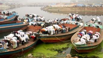 Miles de personas participan en las oraciones del mediodía a orillas del río Turag
