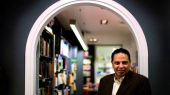 """El escritor egipcio Alaa Al Aswany en la librería de Barcelona donde presentó su obra """"El Edificio Yacobián"""""""