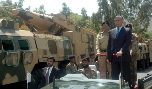 El primer ministro de Pakistán Shaukat Aziz (dcha.) pasa revista a los misiles Hatf III Ghaznavi