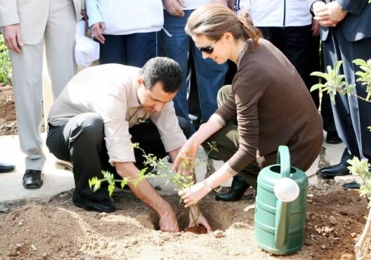 El presidente sirio, Bashar al-Asad, y su esposa, Asma al-Asad, plantan un jazmín en un parque botánico del centro de Damasco