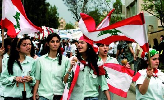 """Estudiantes libaneses corean consignas contra la guerra durante una manifestación convocada por la Organización No Gubernamental """"Offer Joie"""""""