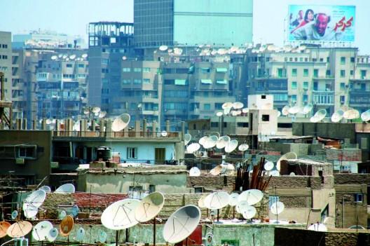 Decenas de antenas parabólicas sobre los tejados