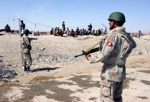 Soldados paramilitares paquistaníes hacen guardia en el paso de Chaman en la frontera con Afganistán