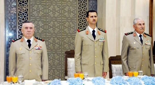 El ministro de defensa sirio, Hassan Turkmani, el presidente sirio Bashar al-Asad y el jefe del Estado Mayor, Ali Habi