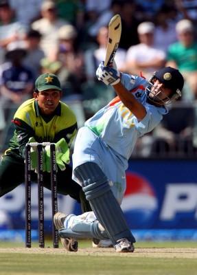 Guatam Gambhir de India (dcha) en acción durante el partido de la final del Campeonato Mundial de la ICC entre India y Pakistán