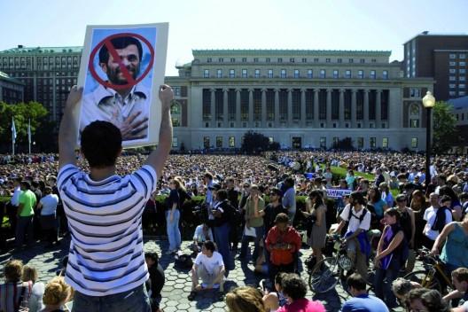 Manifestantes de varios colectivos en una concentración frente a la Universidad de Columbia para protestar por la visita del presidente de Irán, Mahmud Ahmadineyad