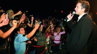 Jóvenes fotografiando con sus móviles al cantante libanés Marwan El Khouri