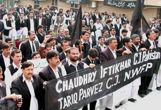 Abogados paquistaníes sostienen carteles en apoyo a los jueces destituidos tras declarar ilegal el nuevo orden provisional