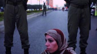Agentes de la policía controlan la manifestación que miembros de cuatro organizaciones de universitarios en paro protagonizaron en el centro de Rabat