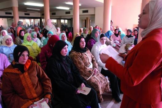 Mujeres marroquíes esperan su turno para ser seleccionadas como trabajadoras temporeras en la campaña de recogida de la fresa en la provincia española de Huelva