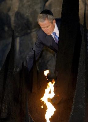 El presidente norteamericano George W. Bush aviva la Llama Eterna, en recuerdo de los judíos asesinados por los nazis durante el Holocausto
