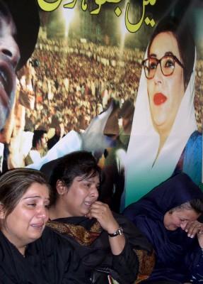 Partidarios de la asesinada líder de la oposición, Benazir Bhutto, lloran durante la ceremonia de clausura del periodo de 40 días de duelo decretado por el partido de Bhutto, Partido del Pueblo de Pakistán (PPP)