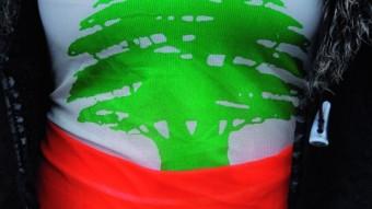 Una joven libanesa con una camiseta con los colores de la bandera de Líbano