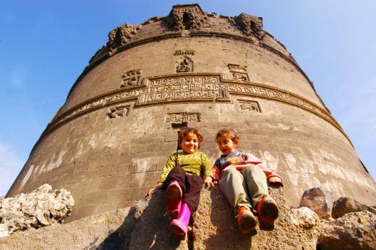 Niños jugando en las ruinas de una torre en Diyarbakir
