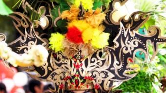 una modelo desfila para mostrar uno de los diseños de moda batik
