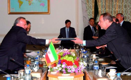 El representante de la Política Exterior de la Unión Europea, Javier Solana (derecha), entrega un dossier con propuestas de la ONU a Mohammad Saedi, vicepresidente de la Organización de la Energía Atómica iraní
