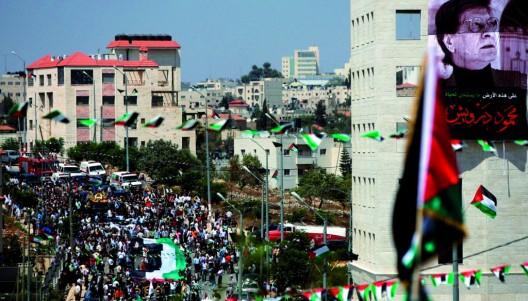 Cientos de personas siguen la comitiva del poeta palestino Mahmud Darwish durante su funeral