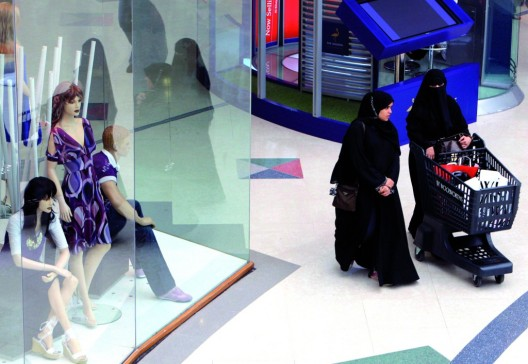 Dos mujeres caminan por un centro comercial