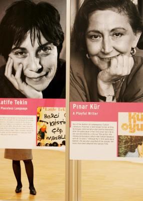 Cartel con los retratos de las escritoras turcas Latife Tekin y Pinar Kür en la Feria del Libro de Fráncfort