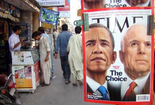 Revistas con imagenes del candidato demócrata a la presidencia de los EEUU, Barack Omaba y su rival republicano, John McCain en un quiosco de prensa
