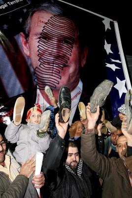 Protesta por el bombardeo israelí de Gaza. Los manifestantes sostienen zapatos en sus manos emulando al periodista iraquí, Montazer al Zaidi