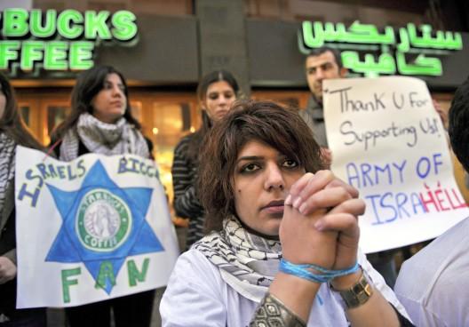 Un grupo de estudiantes libaneses participan en una concentración contra la cadena de cafeterías Starbucks