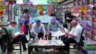 Un grupo de personas lee en una librería