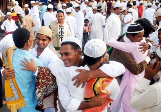 Varios hombres se abrazan durante la celebración del Id al-Fitr