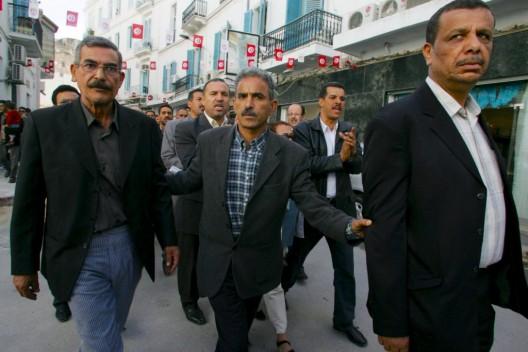 Los lideres sindicalistas Adnane Hajji (i) y Bechir Labidi (d) participando en una manifestación