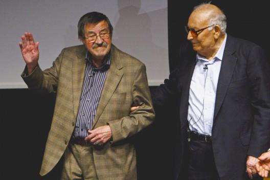 El escritor turco Yasar Kemal y el autor alemán Gunter Grass
