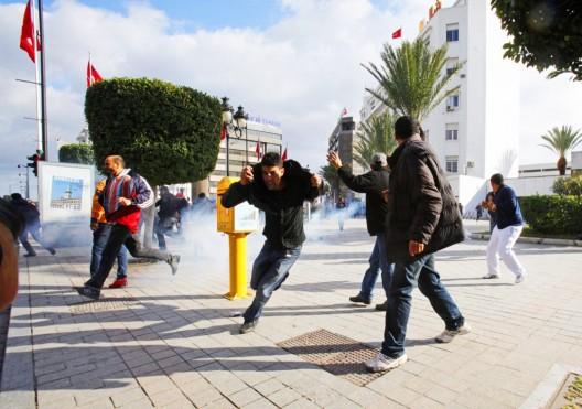 Manifestantes huyen de la policía