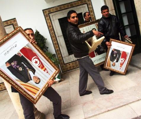 Funcionarios de la oficina del primer ministro retiran los retratos oficiales del presidente Ben Ali