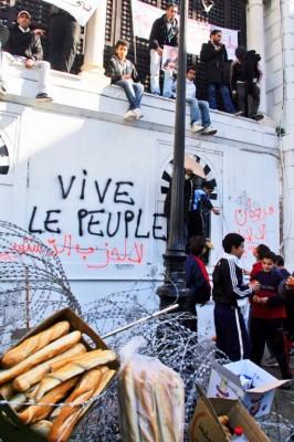 Jóvenes concentrados frente a la sede del gobierno