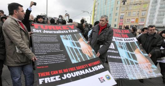 Periodistas turcos se manifiestan para exigir la liberación de sus compañeros encarcelados