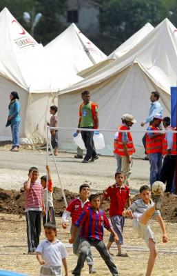 Niños jugando al fútbol en el campo de refugiados quela Media Luna Rojaturca ha instalado en Hatay