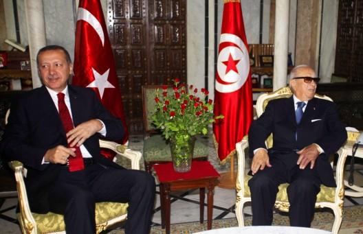 El primer ministro interino de Túnez, Beyi Caid Essebsi (d), recibe a su homólogo turco Recep Tayyip Erdogan