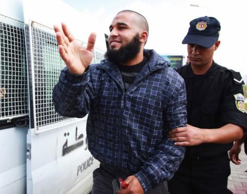 Imagen de la detención de uno de los salafistas que atacaron la sede de la cadena Nessma