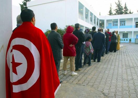 Votantes esperando para acceder al colegio electoral