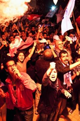 Simpatizantes de al-Nahda celebran los resultados electorales ante la sede nacional del partido