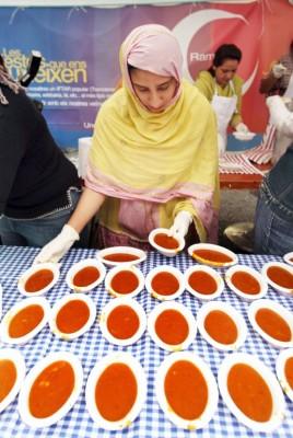 mujer preparando raciones de harira, sopa tradicional marroquí