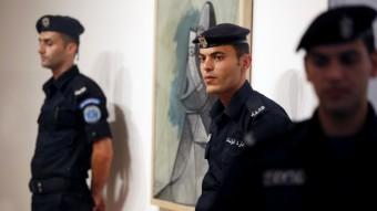 El cuadro 'Busto de mujer', de Picasso, escoltado por la policía palestina durante la inauguración de su exhibición en la Academia Internacional de Arte de Palestina, en Ramala. 24 de junio de 2011. Imagen cortesía de Khalid Hourani.