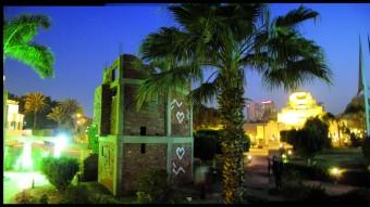 """Lara Baladi, """"Borg El Amal"""", ladrillos y cemento, 1.100cm, construcción efímera e instalación de sonido"""