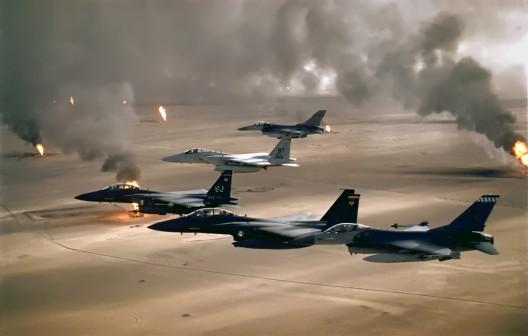 Aviones de las Fuerzas Aéreas de EEUU sobrevuelan pozos petrolíferos incendiados por el ejército iraquí en su retirada de Kuwait