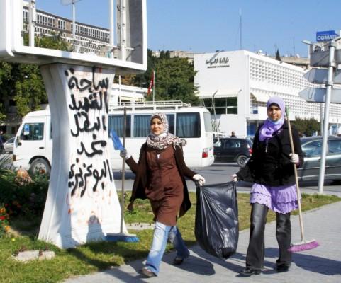 Dos jóvenes voluntarias se encargan de tareas de limpieza pública