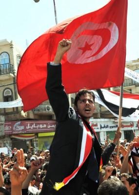 Un manifestante antigubernamental sostiene una bandera de Túnez