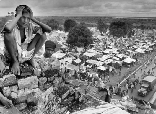 Un joven refugiado se sienta en el muro de Purana Qila