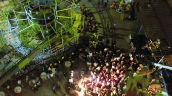 Actuación de cuatro grupos del panorama underground en un escenario improvisado en el parque de atracciones de Luna Park