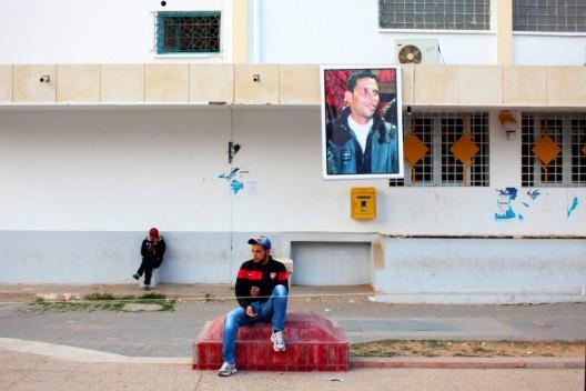 Retrato de Mohammed Bouazizi expuesto en la calle en la que se inmoló