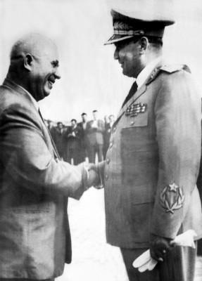 El mariscal Tito da la bienvenida al Secretario General del Partido Comunista de la URSS
