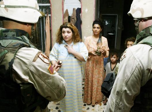 soldados estadounidenses interrogan a una mujer